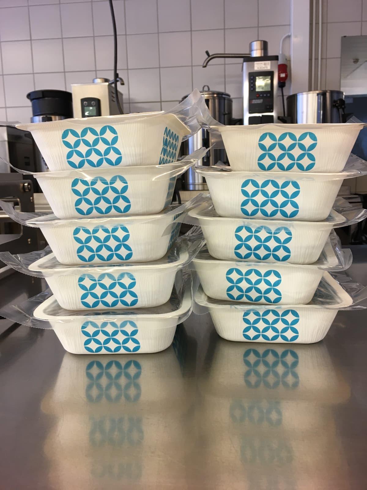 Etäkoululaisten ruoka tarjotaan noudettavaksi kylmäannoksina.
