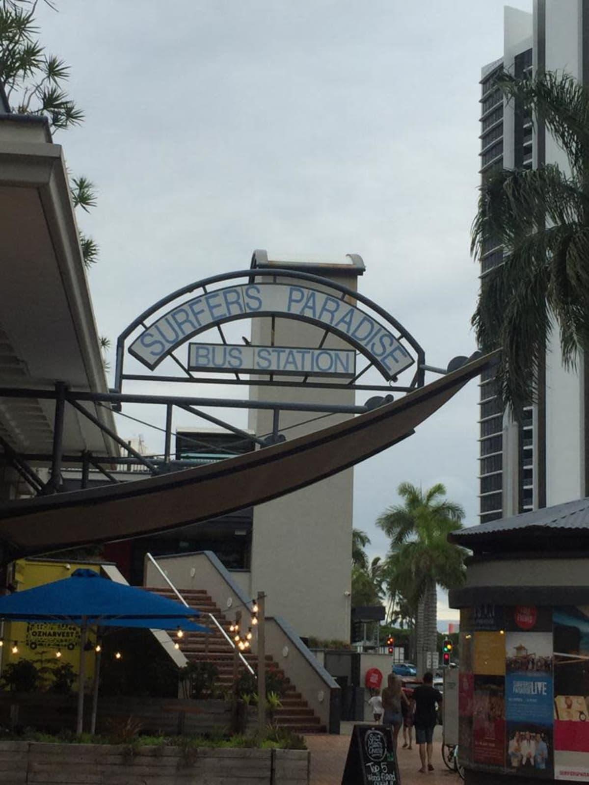 """""""Surffaajien paratiisi"""" -bussipysäkki Gold Coastilla"""
