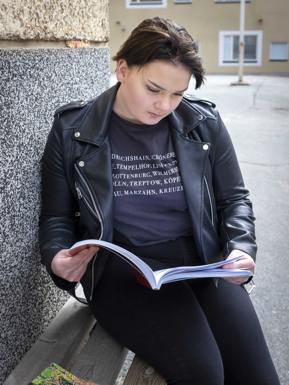 Jessica Kaatinen lukee koulukirjaa.