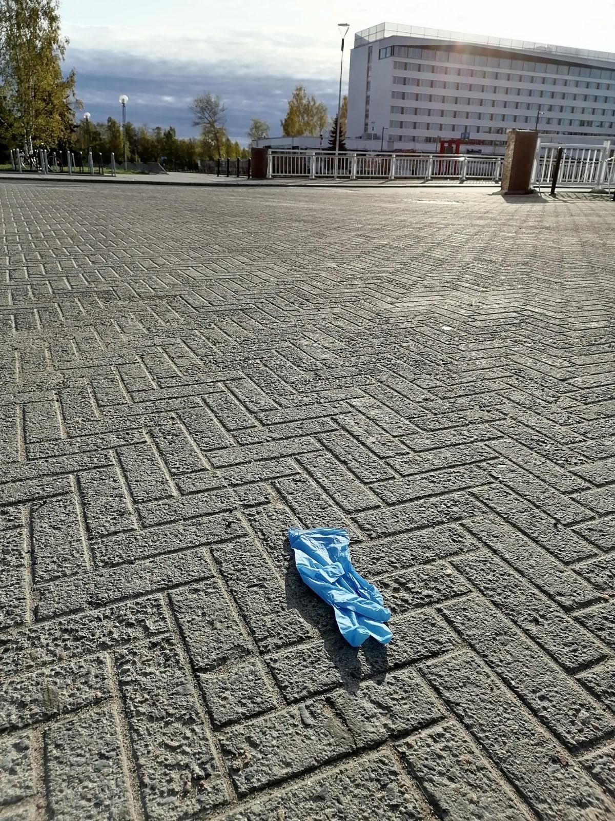 Suojakäsine on heitetty maahan Oulun kirjaston kulmalla.