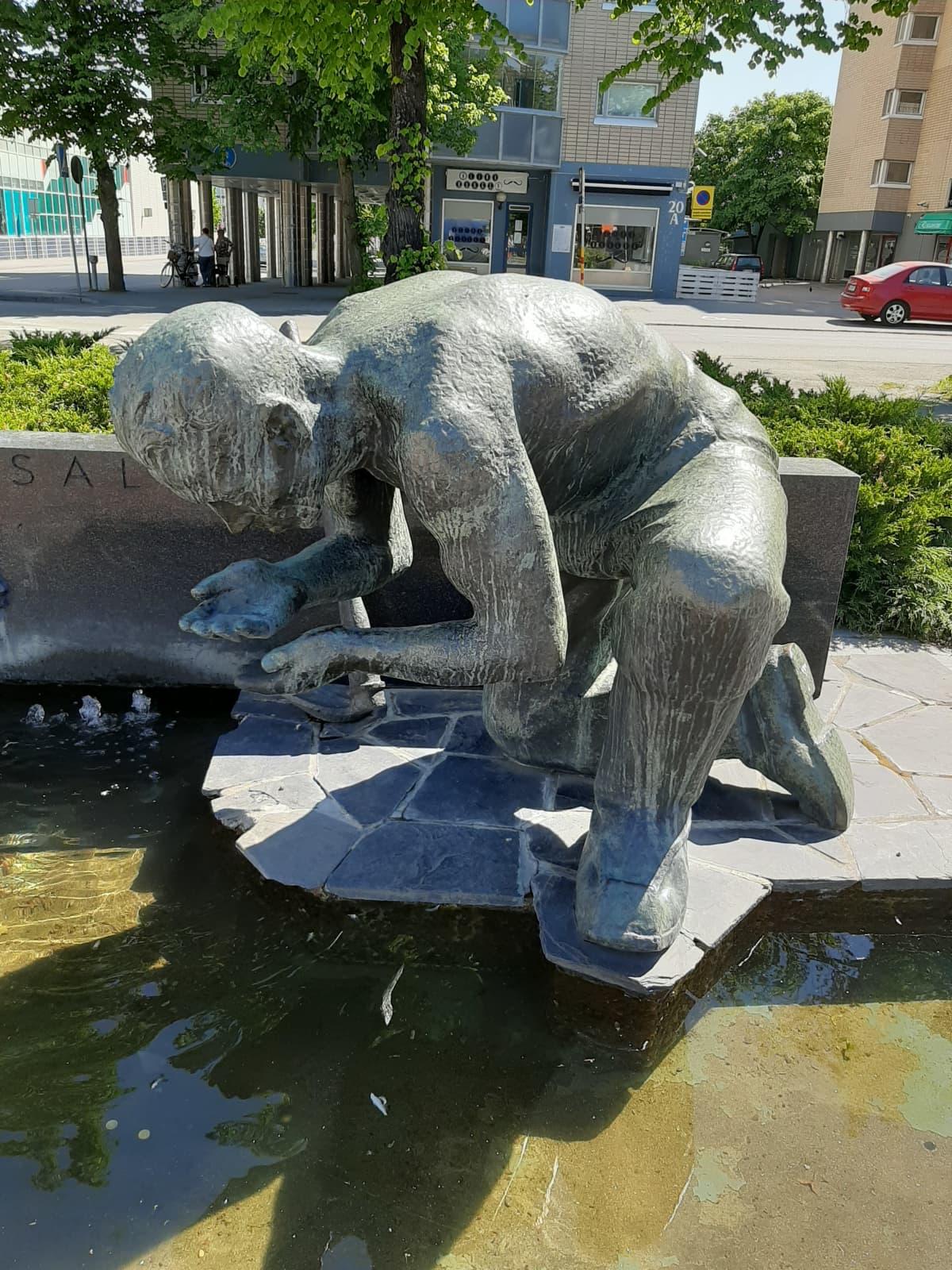 Eetu Salinin muistomerkki Porin keskustassa.
