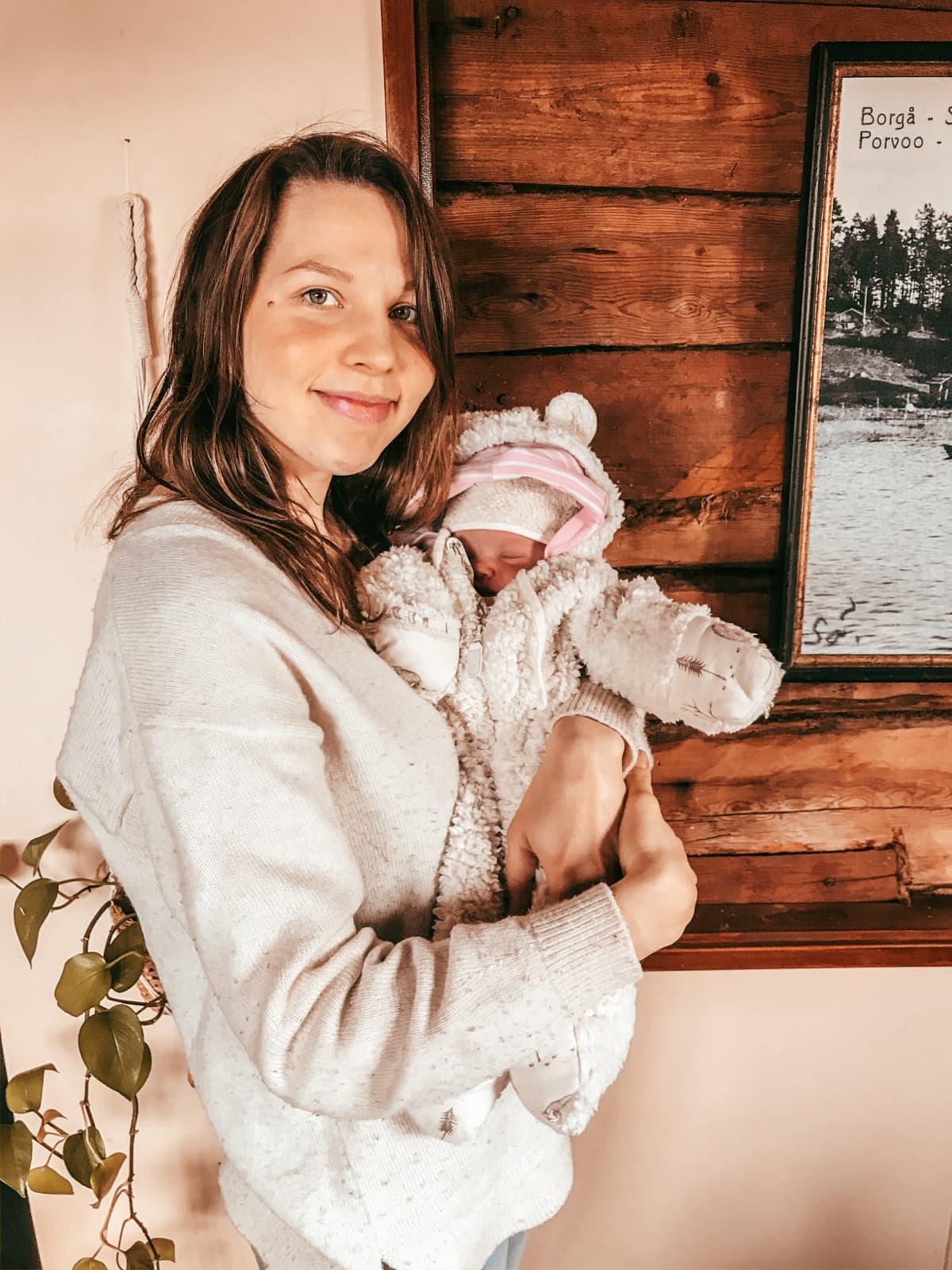 Peppiina Korhonen vastasyntyneen vauvansa kanssa.