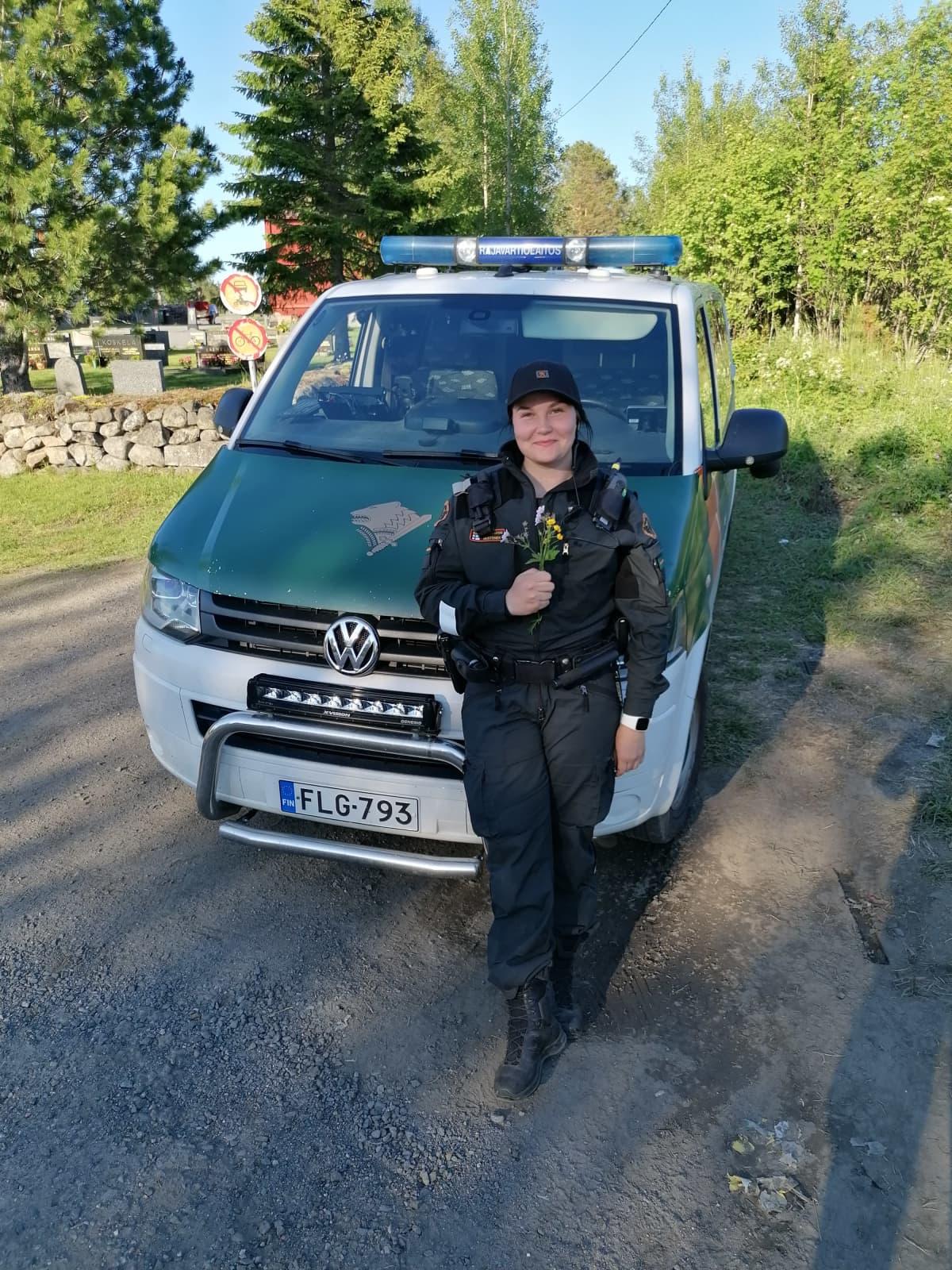 Kuvassa on rajavartijana toimiva Heidi Mustonen.