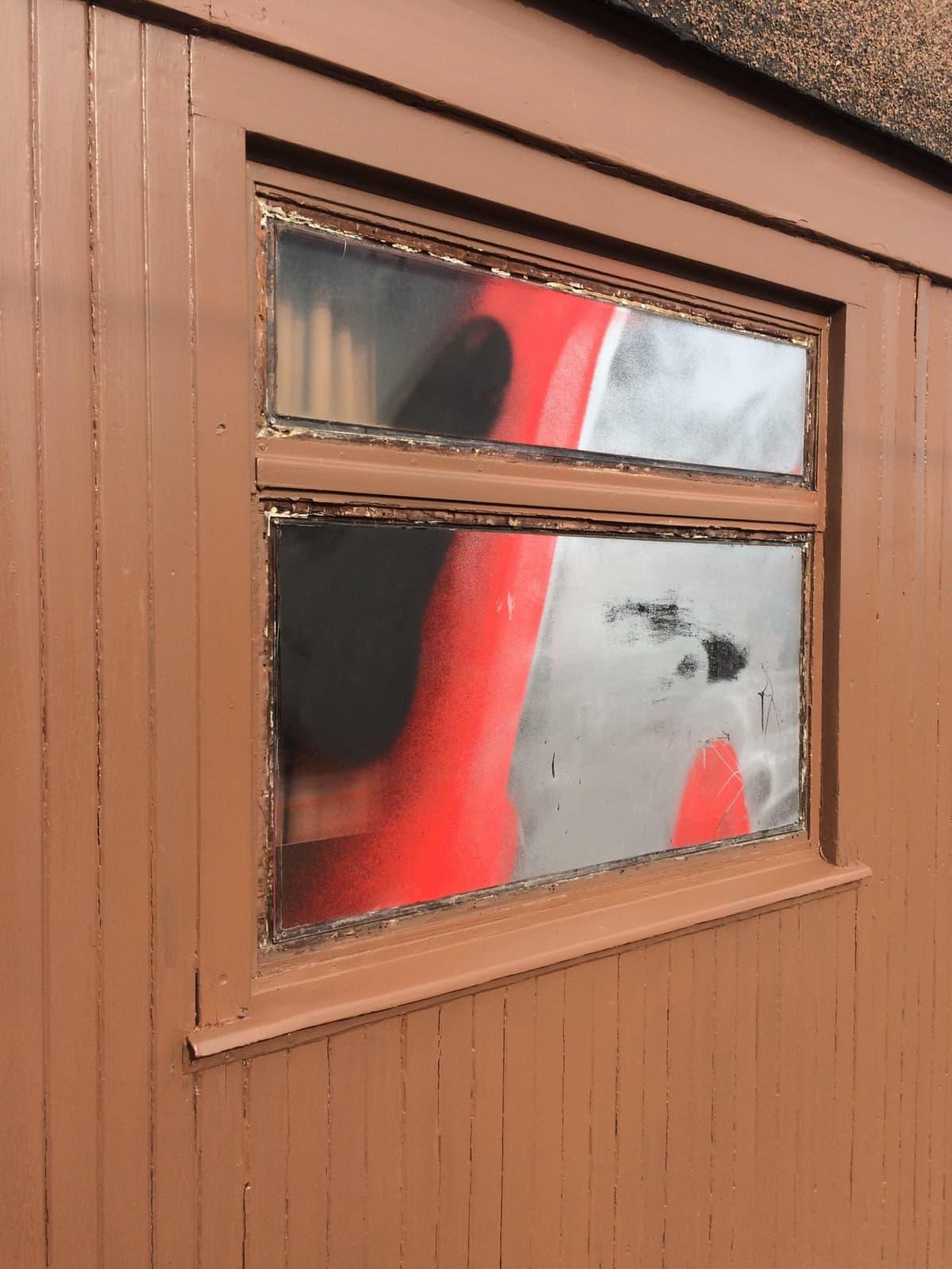 Graffitilla töhritty Mannerheimin salonkivaunu paikkamaalauksen jälkeen.