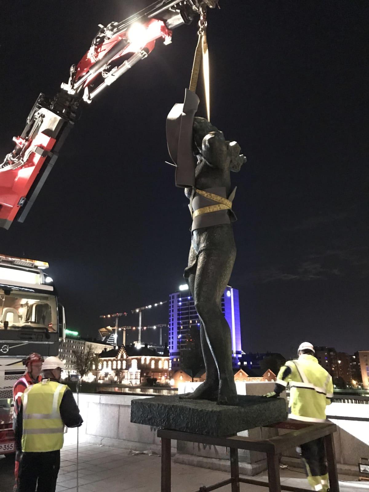 Suomen neito -patsas pystytetään Hämeensillalla Tampereella.