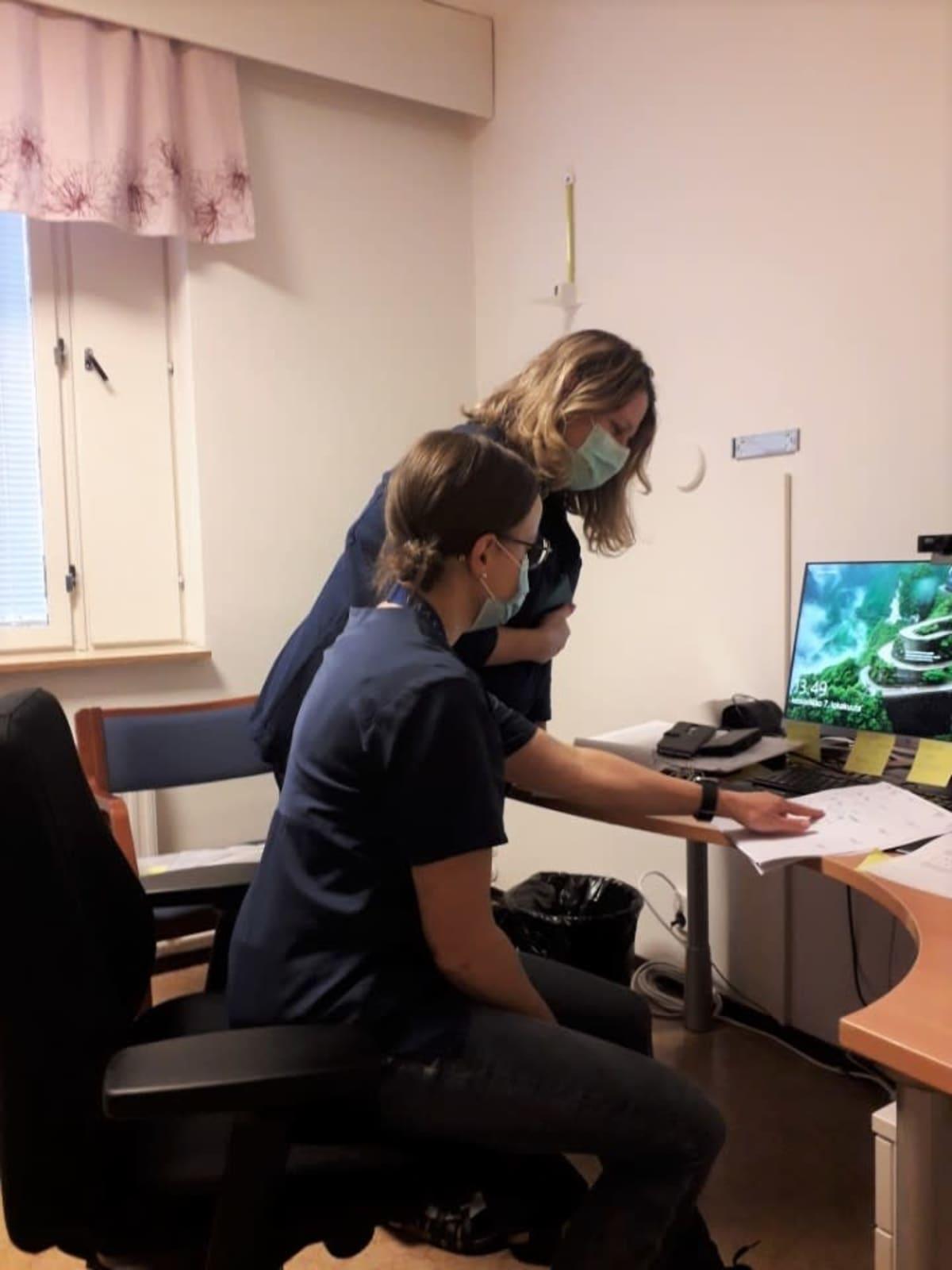 Koronakartoittajat Gun Grangärd ja Sari Kauppinen tietokoneen äärellä koordinoimassa kontaktoitavia altistuneita.