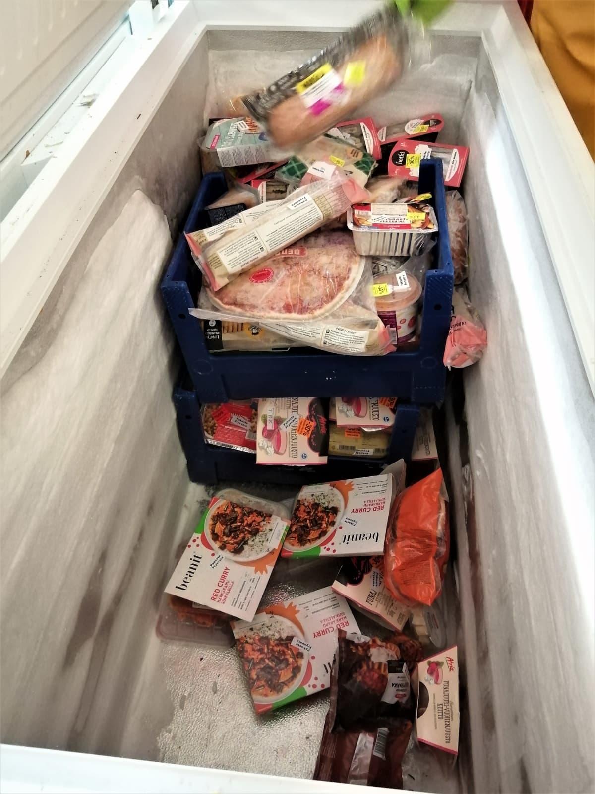 Vaasan ruoka-apuyhdistyksen pakastimessa on ruokaa jossa päiväys on lähes mennyt umpeen.