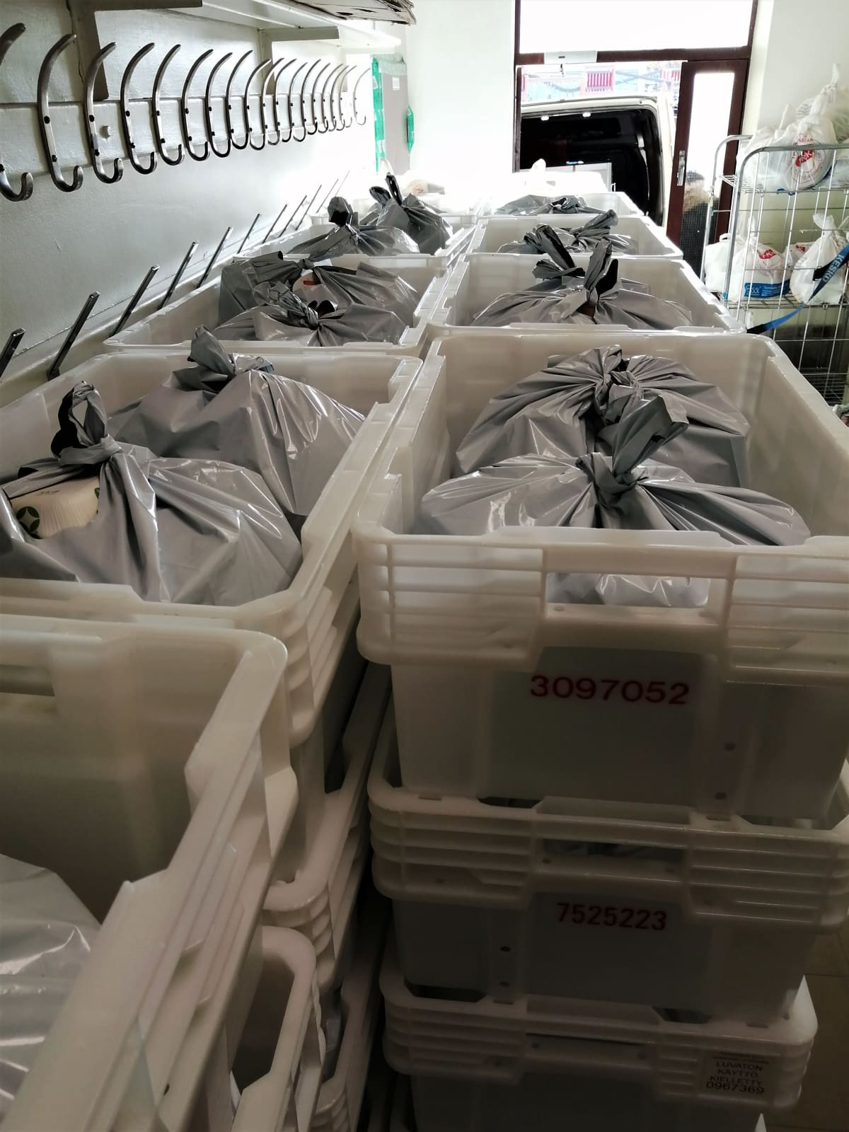 Vaasan ruoka-apuyhdistyksen tiloissa pakatut kassit odottavat lihalaatikossa kuljetusta jakelupisteille.