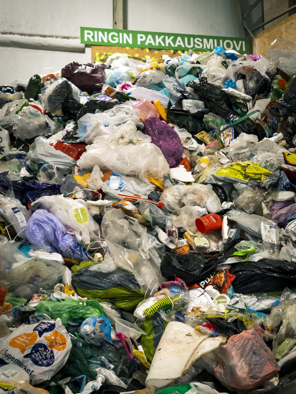 Pakkausmuovia kasassa jätekeskuksessa.