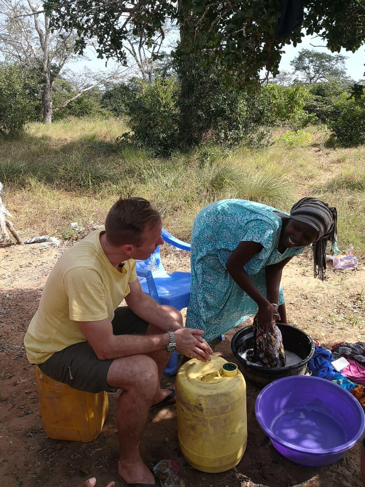 Waata-tyttö Mary pesee pyykkiä ja kertoo elämästään Mikko Kekäläiselle.