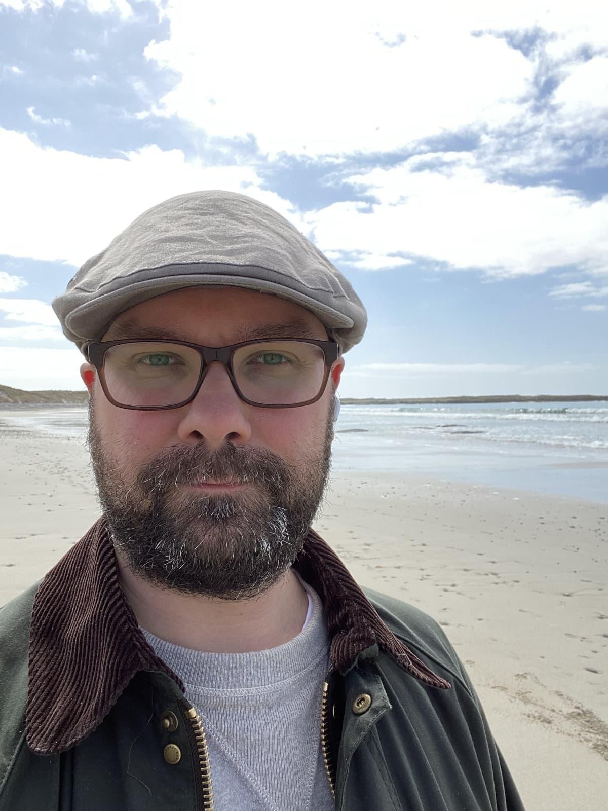 Lasse Hämäläisen ottama selfie hiekkarannalla Ulko-Herbidien saarella.