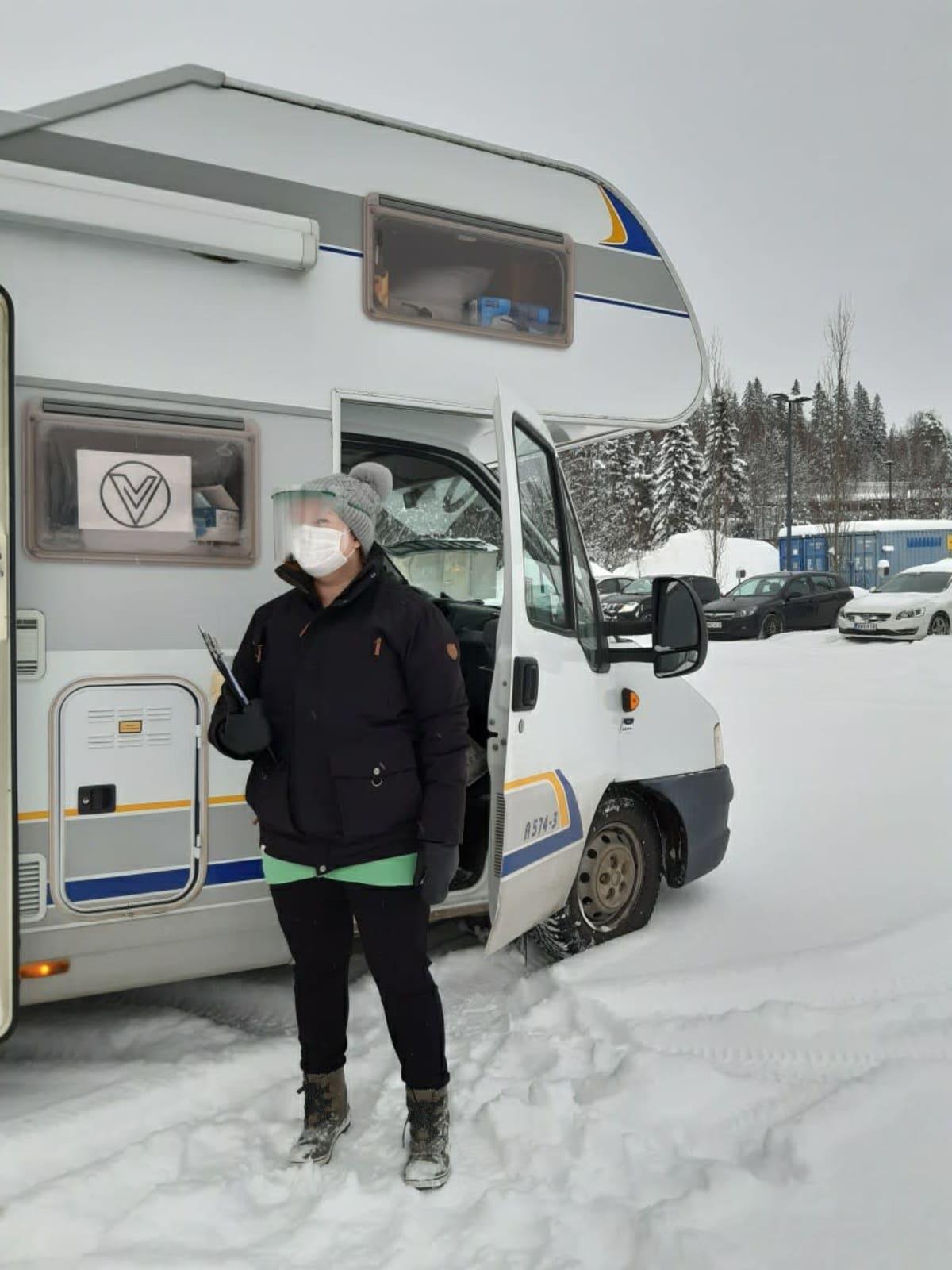 Hoitaja Iida Ruippo ohjasi koronan näytteenottoautoon tulevia