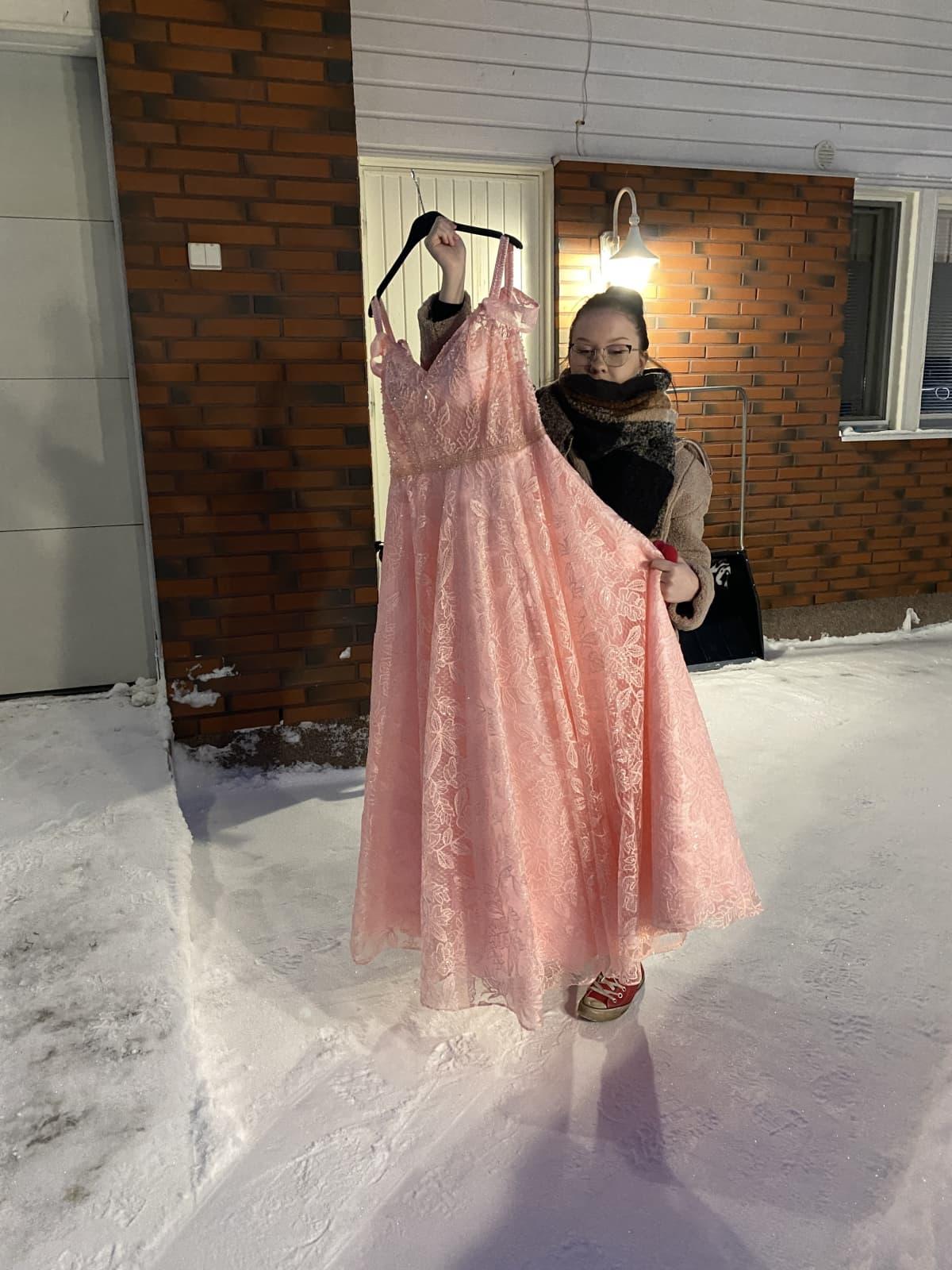 Anni Piirainen esittelee vanhojentansseja varten ostettua mekkoa.
