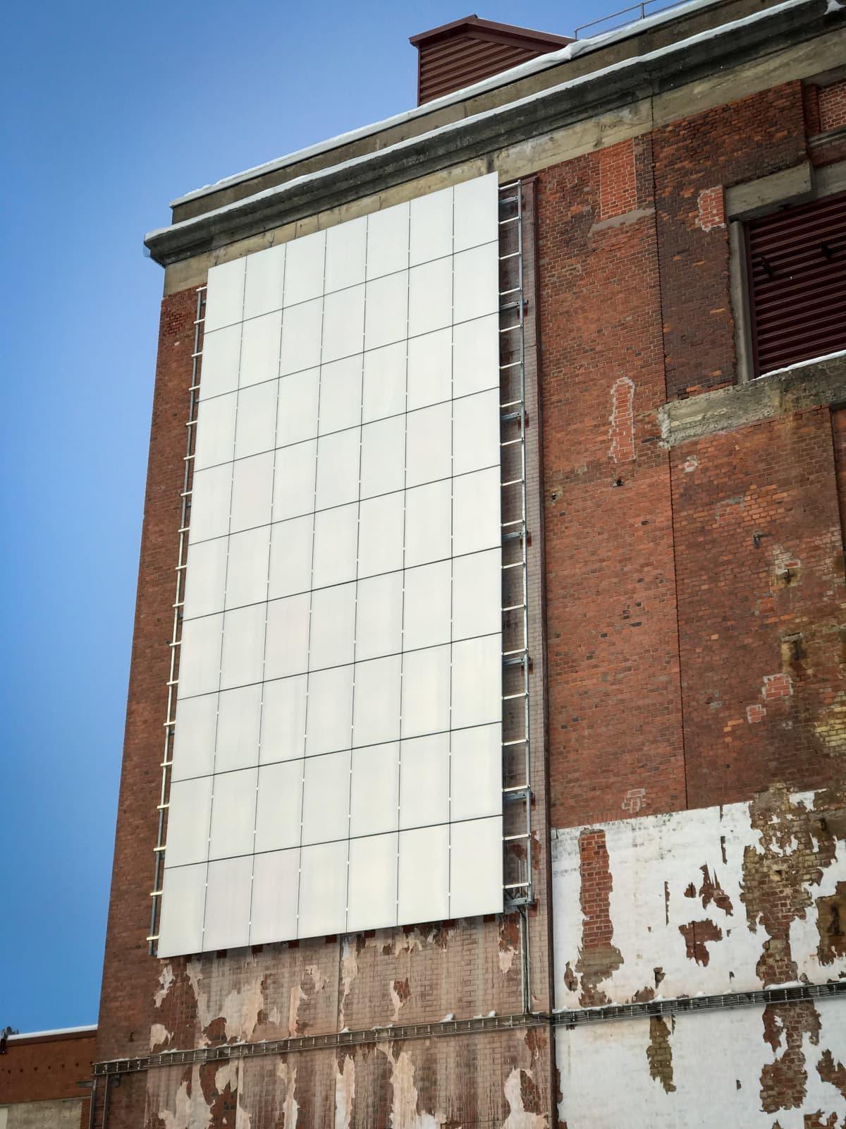 Aurinkopaneeleja rakennuksen seinällä