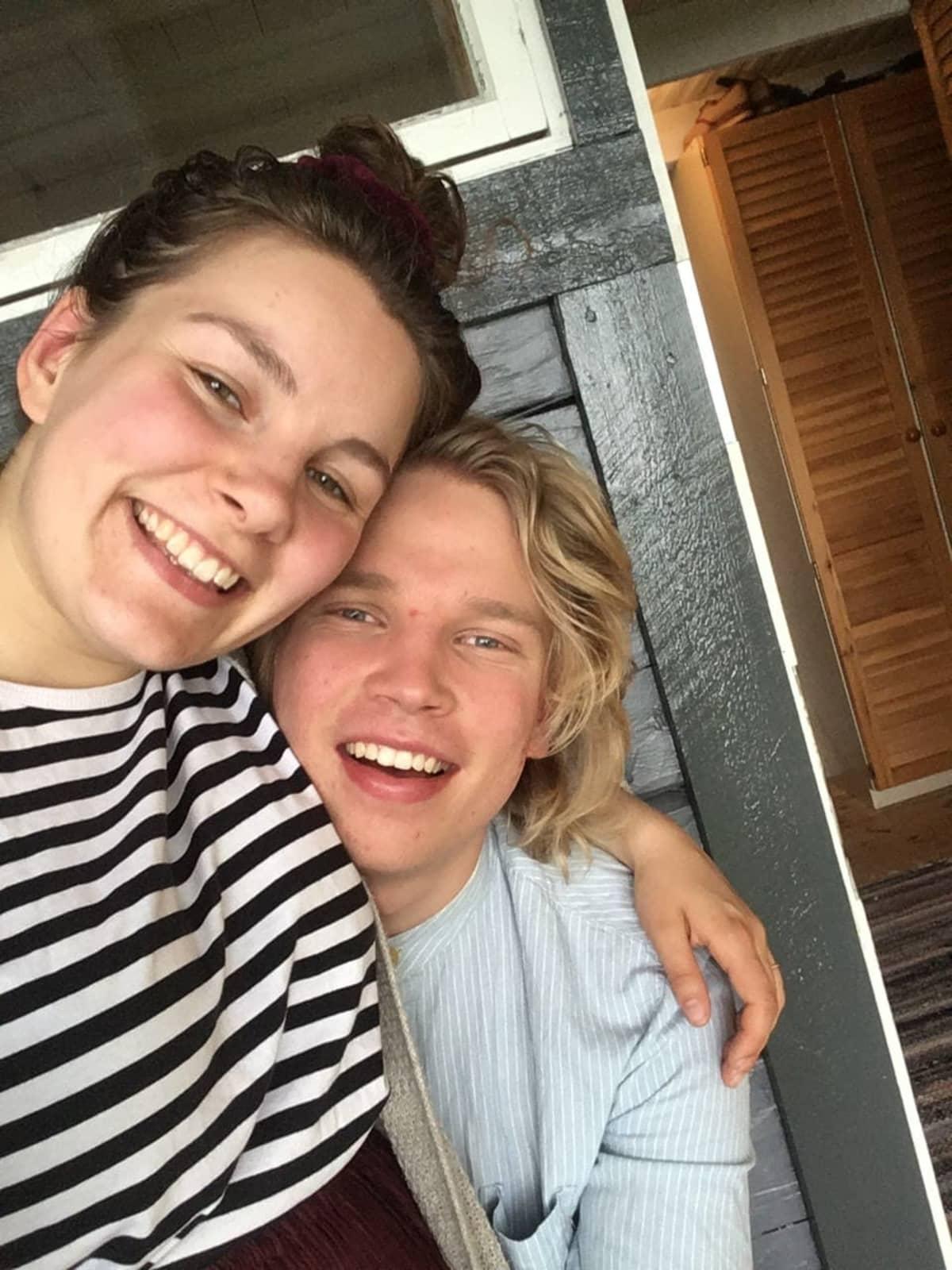 Kaisa ja Jussi Luoma hymyilevät kameralle.