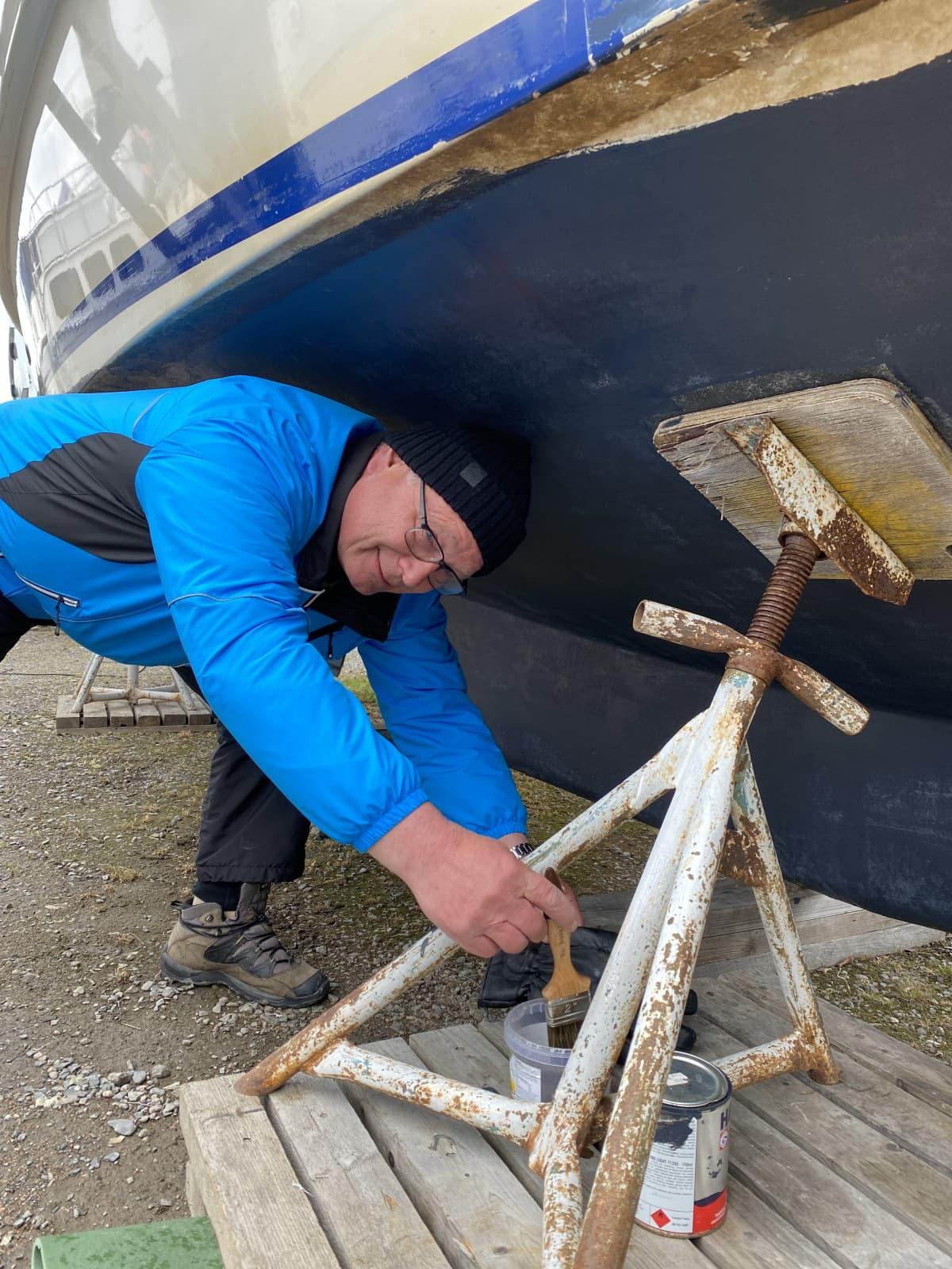 Turkka Sihvonen kunnostaa venettään.