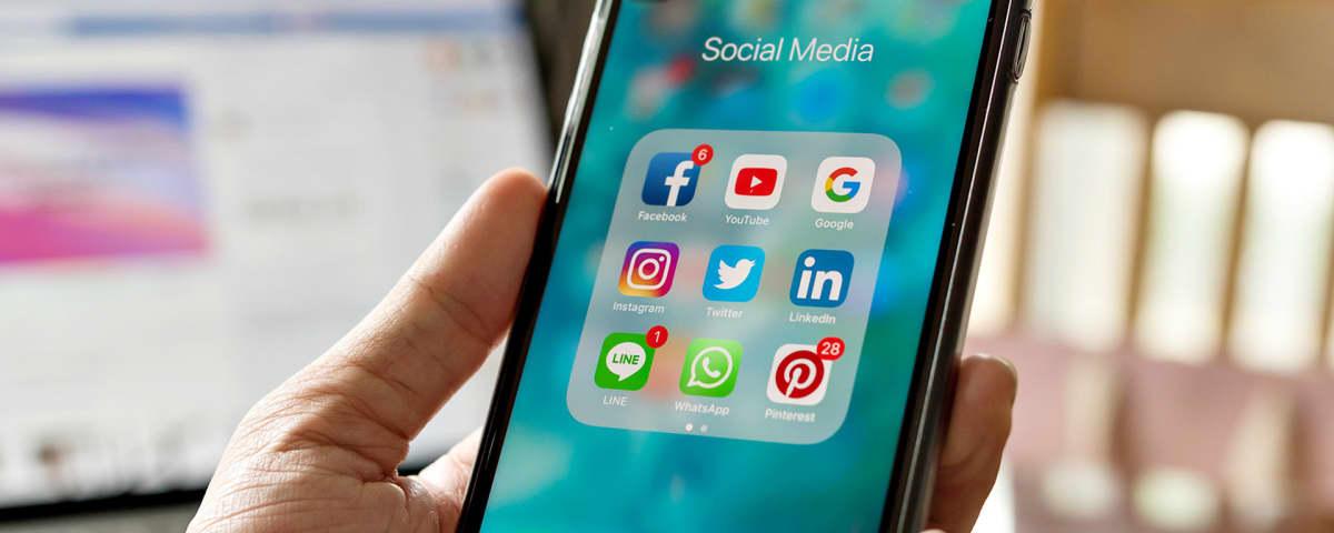 Sosiaalisen media sovelluksia älypuhelimen näytöllä.