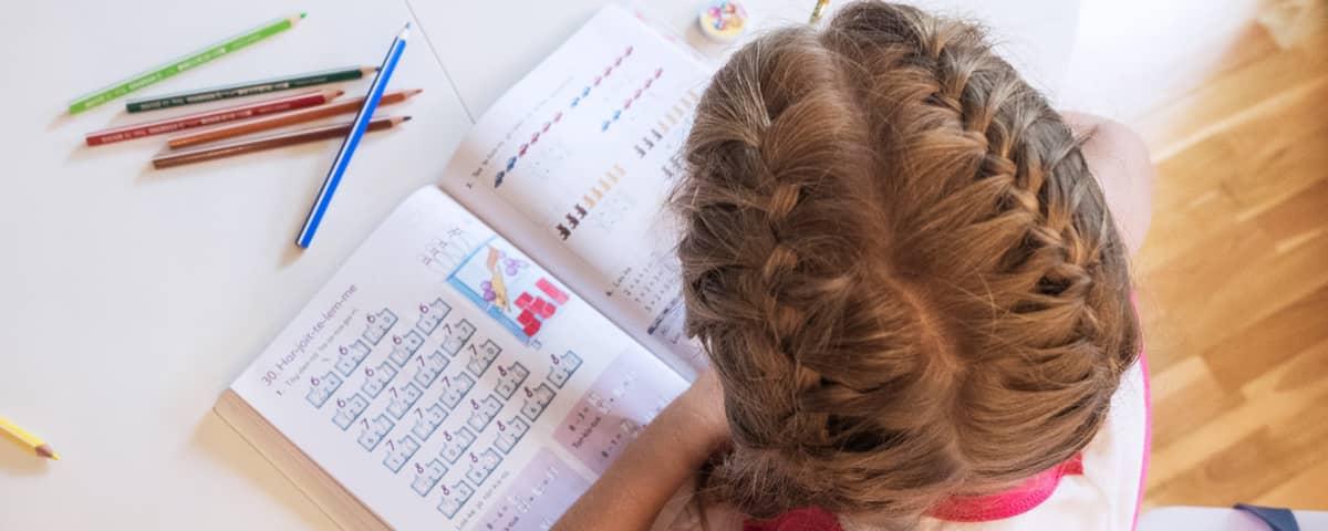oppilas ja kirja luokassa