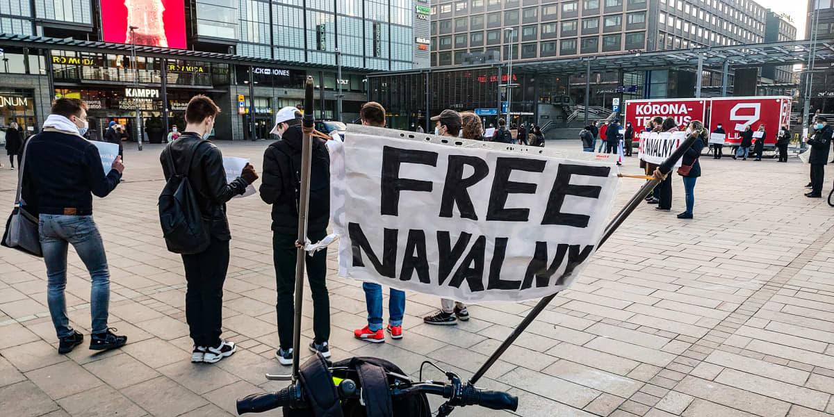 Noin 120 henkilö osoittamassa mieltään Aleksei Navalnyin vapauttamisen puolesta.