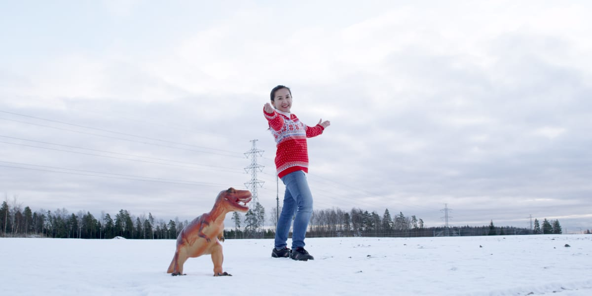 Vantaalle kaavaillun dinosauruspuiston markkinointikuvassa esiintyy Jurase Park Oy:n toimitusjohtaja Sumalee SaeLeaw.