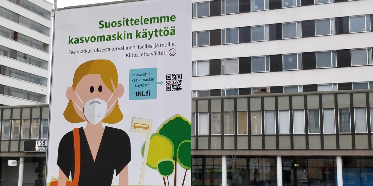 Kasvomaskisuosituksesta kertova kyltti bussipysäkillä Jyväskylässä.