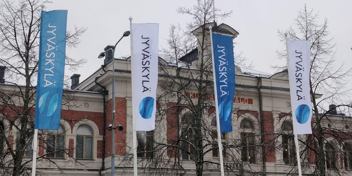 Jyväskylän kaupungintalo eli kunnallistalo ja Jyväskylä-viirejä talon edessä.
