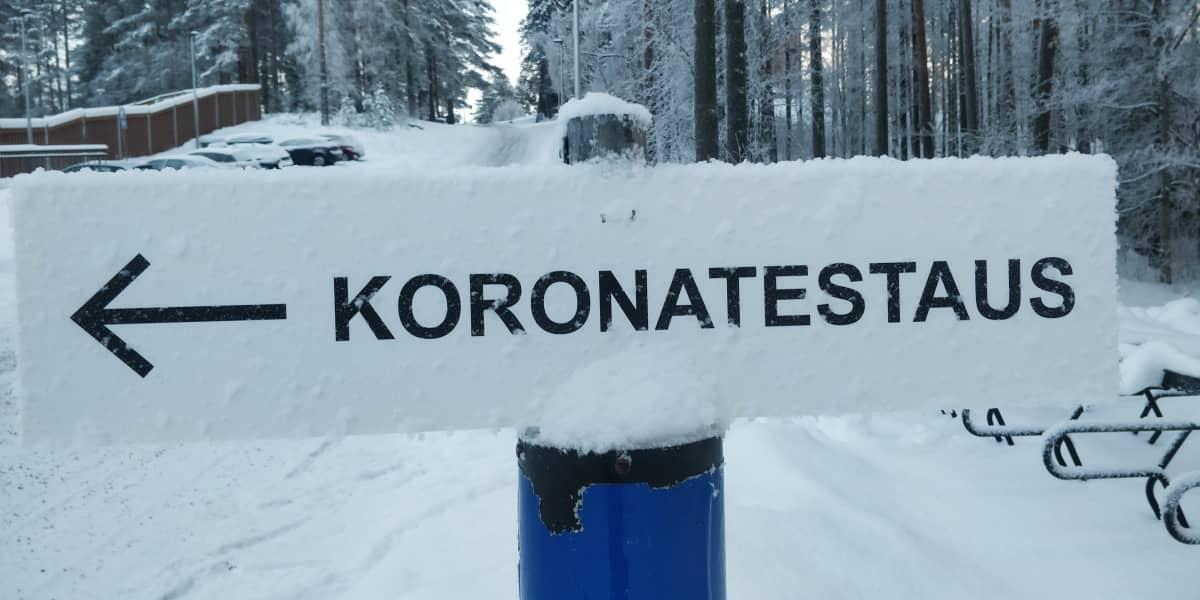 Koronatestauksesta kertova kyltti Jyväskylän Harjun urheilukentän takana.