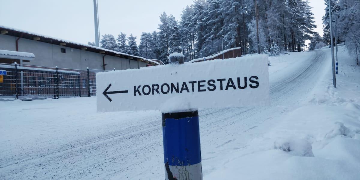 Koronavirustestauksesta kertova opastekyltti Jyväskylässä Harjun urheilukentän takana.