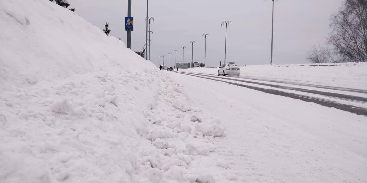 Korkeat lumipenkat Jyväskylän Kuokkalan sillalla.