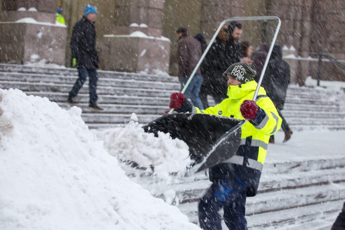 Mies tekee kolalla lumitöitä. 1ba1d2e6bf