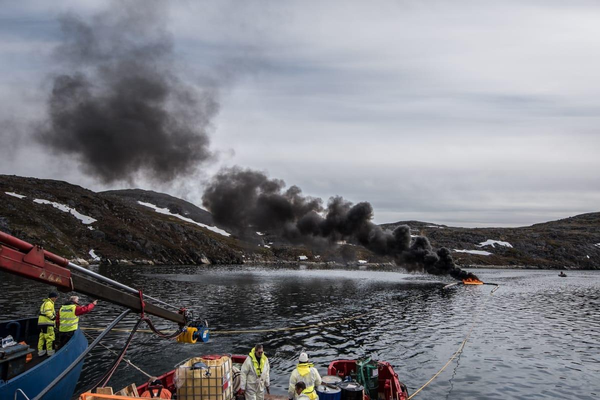 Öljyä poltetaan meressä.