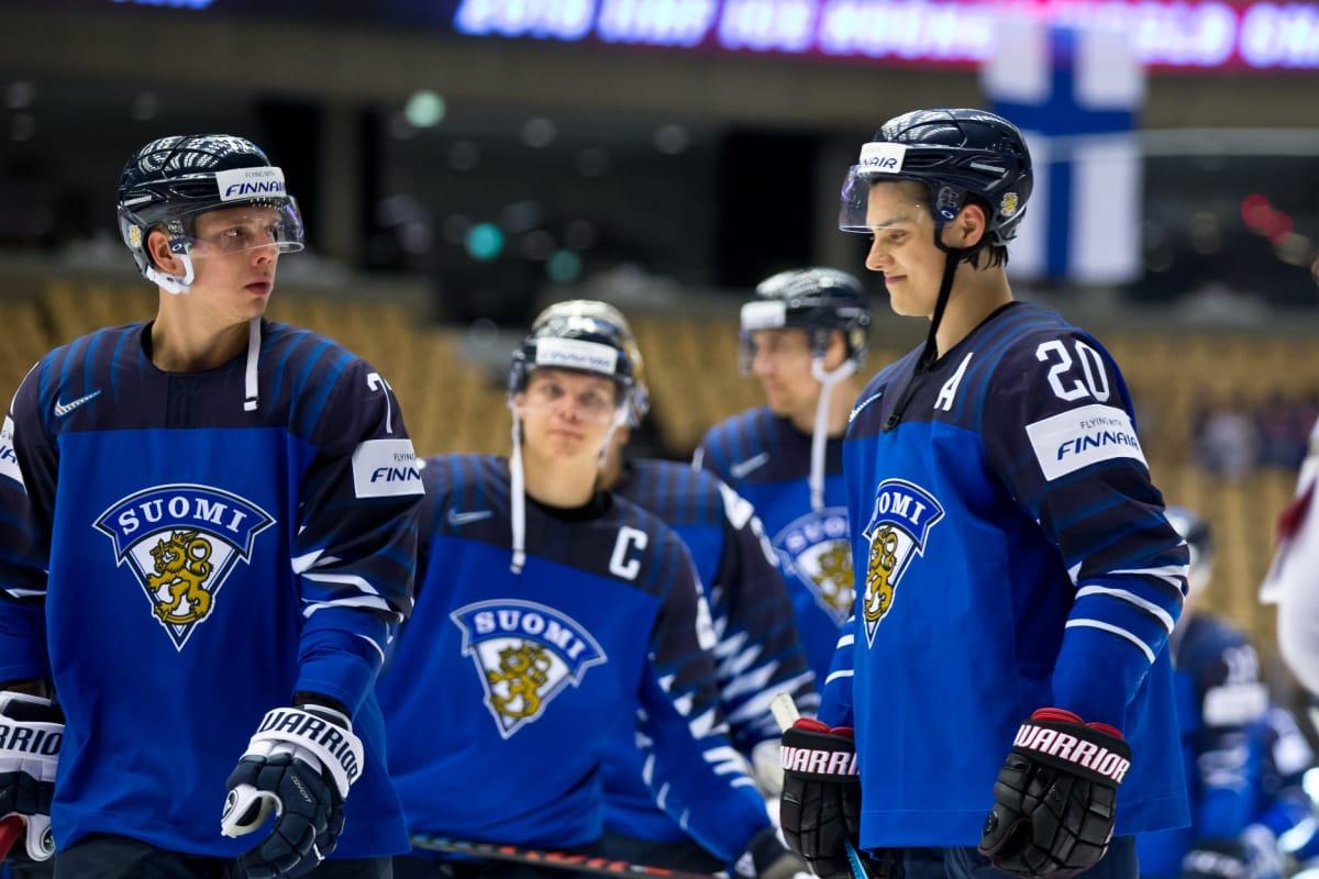 Markus Nutivaara, Mikael Granlund ja Sebastian Aho poistumassa kaukalosta Leijonien MM-ottelun jälkeen.