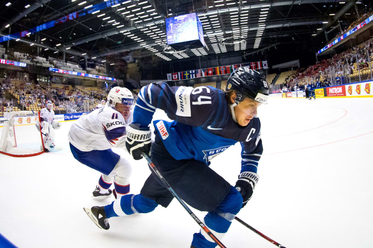 Mikael Granlund kamppailee kiekosta Norjaa vastaan.