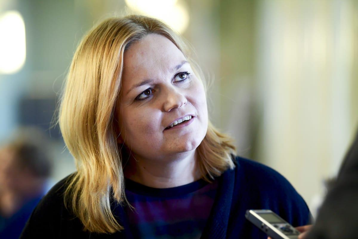 Eduskunnan sosiaali- ja terveysvaliokunnan puheenjohtaja Krista Kiuru (sd.) eduskunnassa Helsingissä perjantaina  4. toukokuuta