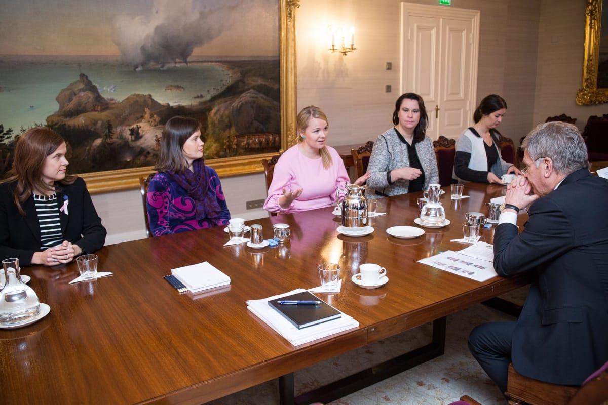 Arktisen alueen parlamentaarikkokonferenssin Suomen valtuuskunta tapaamassa presidentti Sauli Niinistöä.
