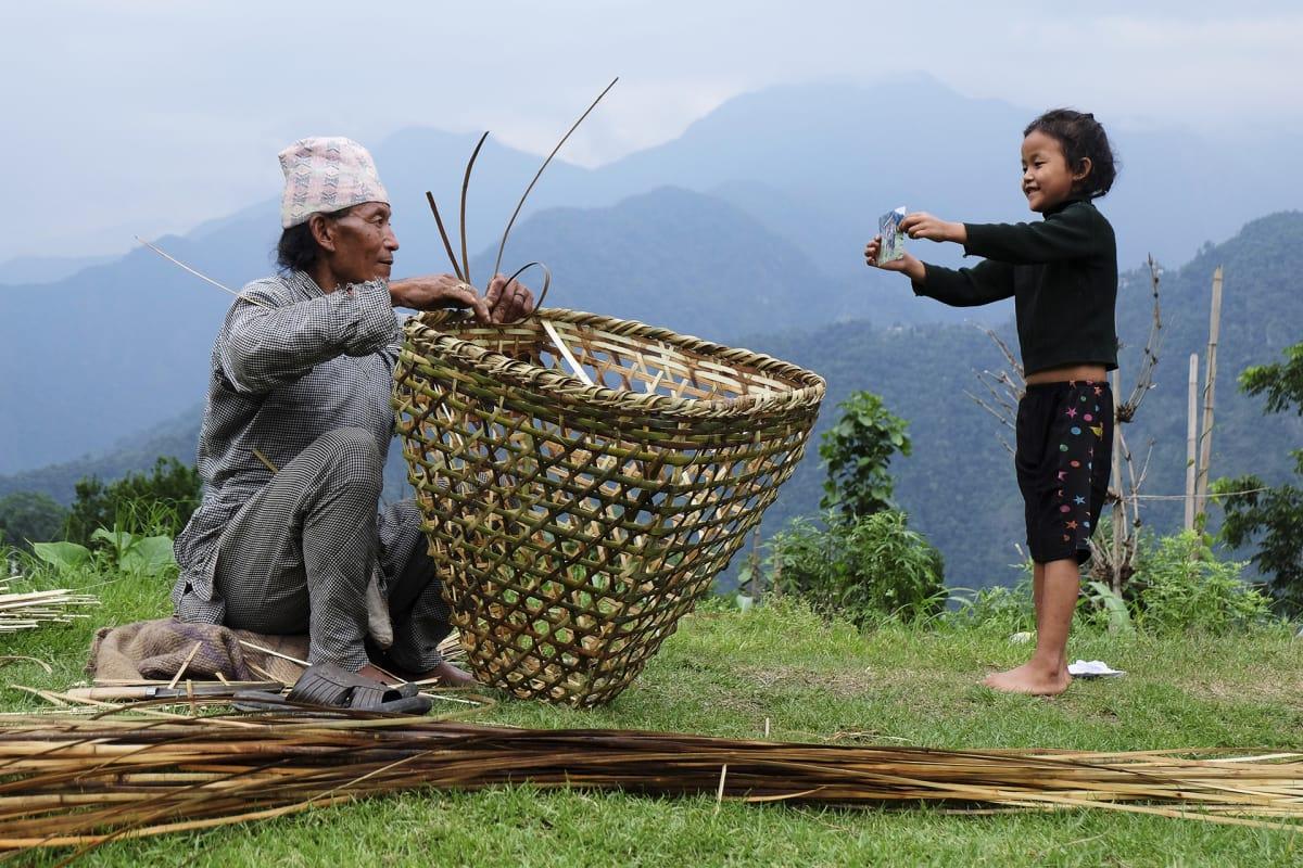 Mies ja tyttö pellolla Sikkimissä Intiassa.