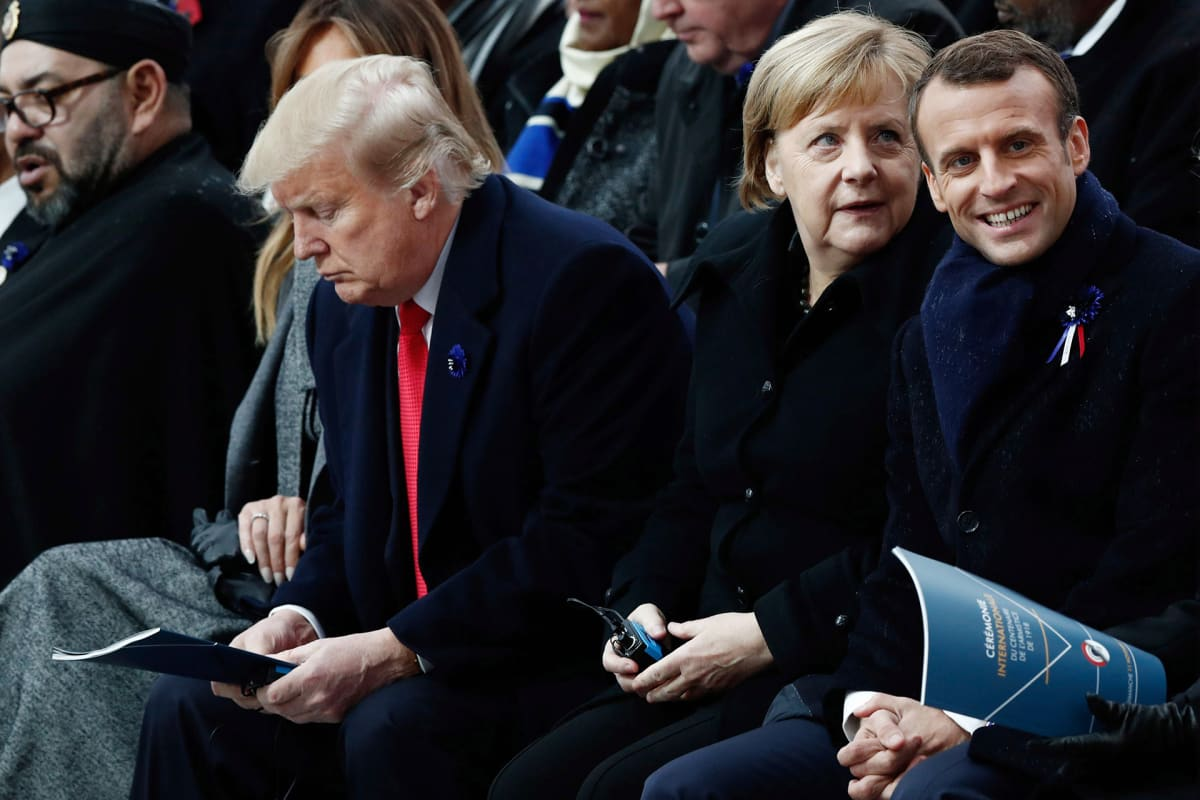 Donald Trump , Angela Merkel ja Emmanuel Macron muistotilaisuudessa Pariisissa.