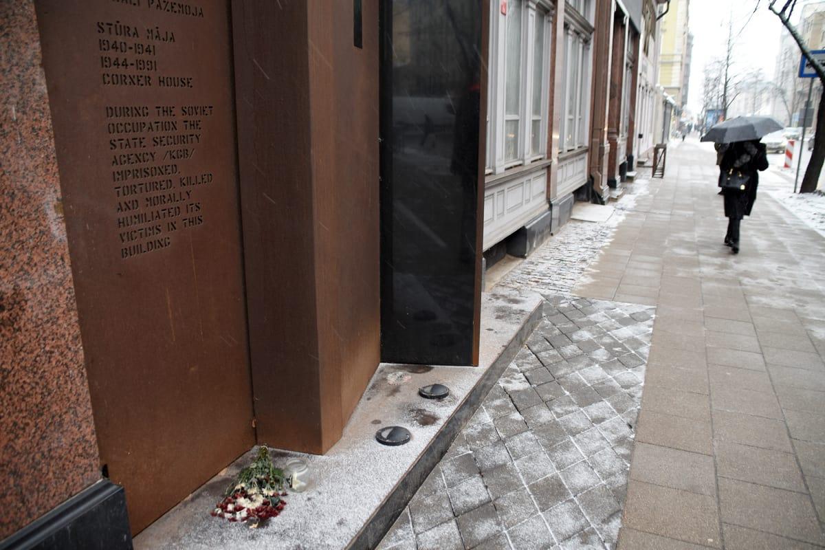 """KGB:n entisen Riian-päämajan  seinässä on teksti, joka avaa rakennuksen historiaa: """"Neuvostomiehityksen aikana valtion turvallisuuselin KGB piti vankina, kidutti, tappoi ja nöyryytti uhrejaan tässä rakennuksessa."""""""
