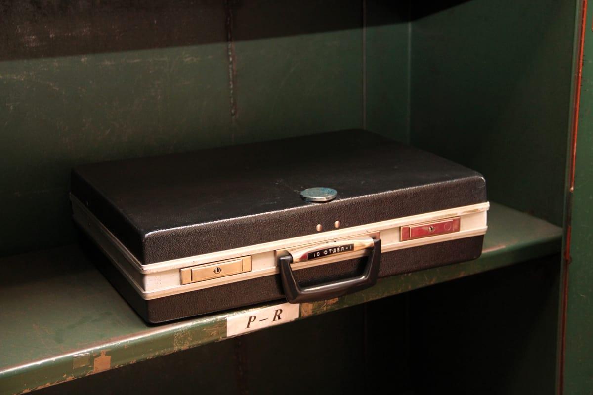 Tämä salkku,  josta löytyi KGB:n jälkeensä jättämiä arkistoja, on nyt Latvian miehitysmuseon hallussa.