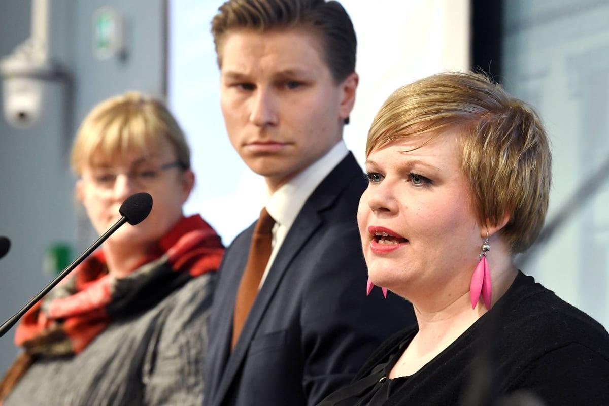 Perhe- ja peruspalveluministeri Annika Saarikko (edessä), oikeusministeri Antti Häkkänen ja sosiaali- ja terveysministeri Pirkko Mattila maakunta- ja sote-uudistuksen lainsäädännön ratkaisuehdotuksista kertovassa tiedotustilaisuudessa 27. helmikuuta.