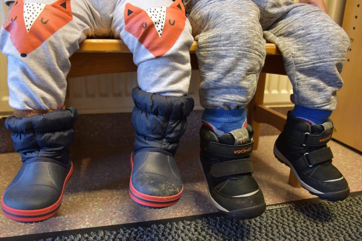 Valtaosa lapsista kulkee liian pienissä kengissä