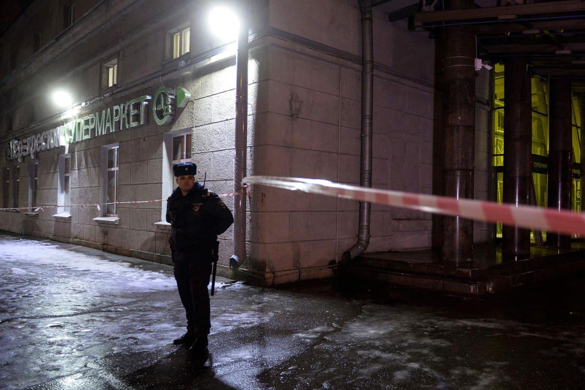Poliisi seisoo Pietarilaisen supermarketin edessä.
