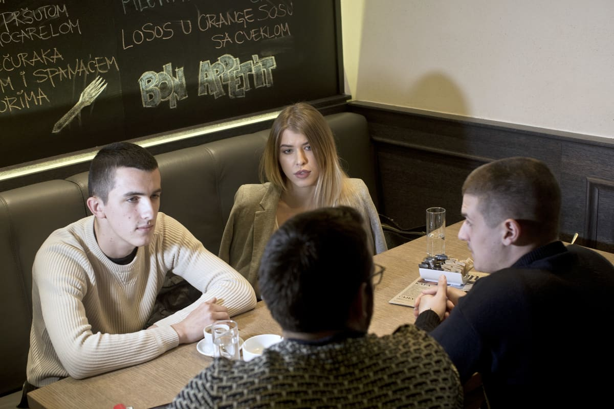 Nuorisoa kahvilassa.