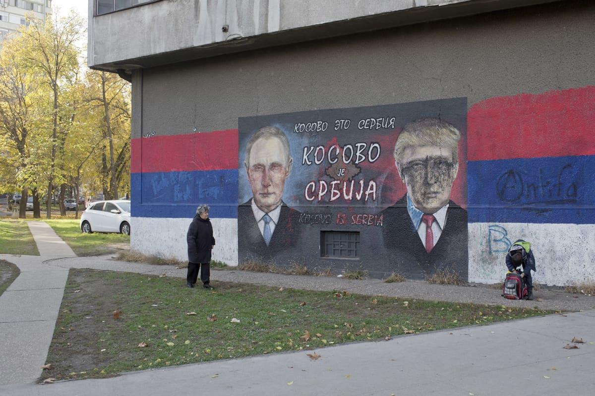 Putin ja Trum muraali talon päädyssä.