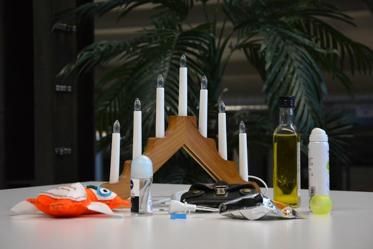 Kodista löytyviä roskia pöydällä