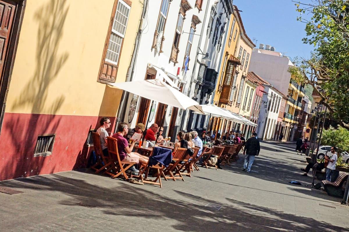 Ihmisiä istuu lounalla ravintolan terassilla Teneriffalla.