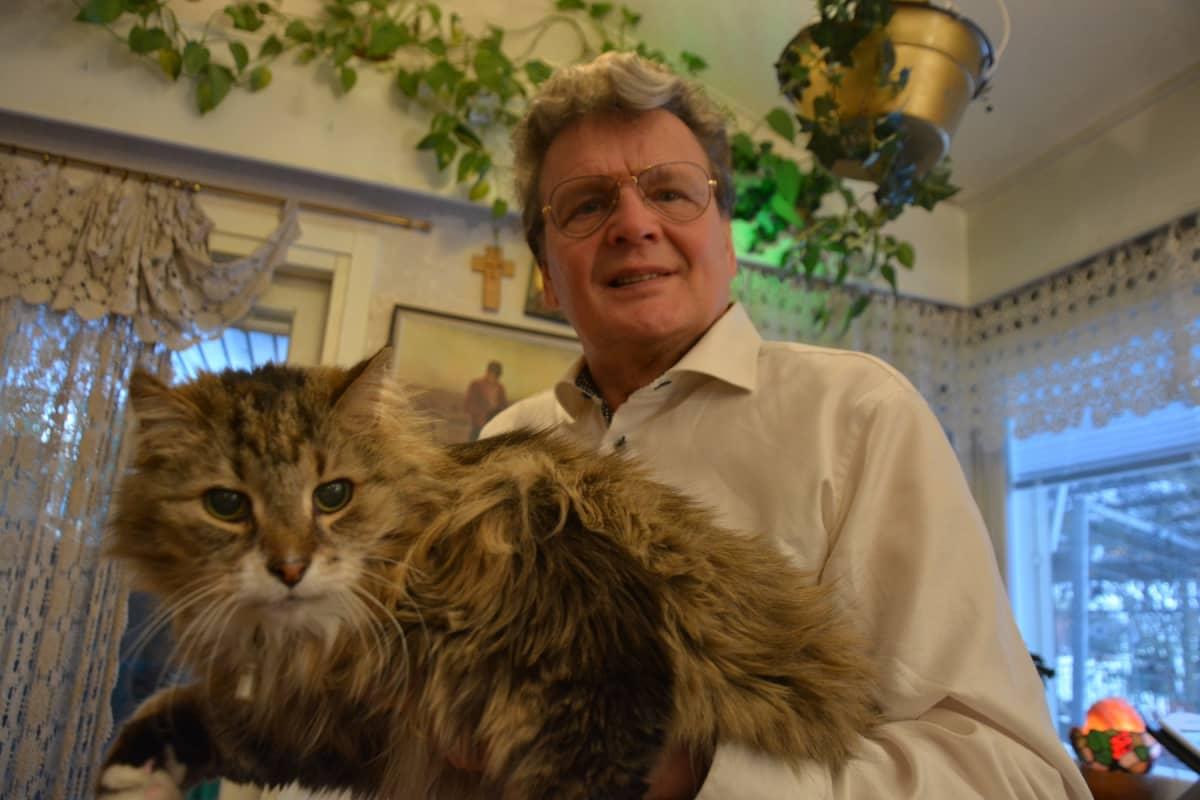 Roger Rabb kissansa kanssa.