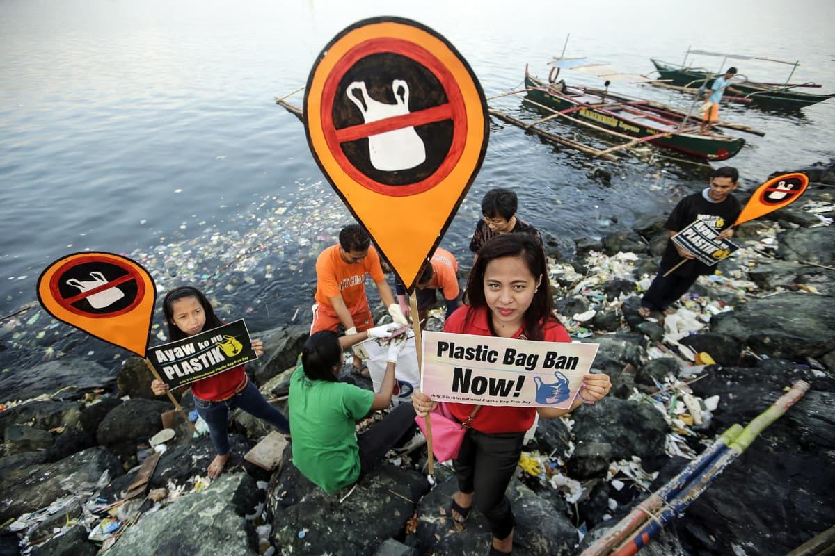 Muovikassien vastustajat osittavat mieltään.