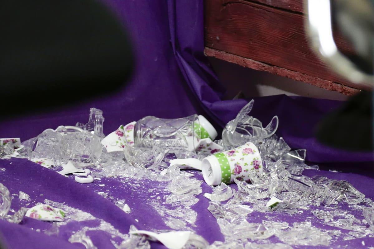 Palestiinalaiset larppaajat rikkovat teekuppeja ilmaistakseen tunteitaan. Idea on lainattu suomalaisesta pelistä.