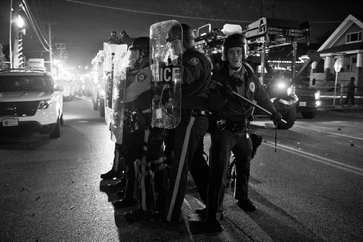 Poliiseja Fergusonin mellakoissa. Still elokuvasta Whose streets?
